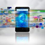 Smartphone mit vielen Social Media Icons und Bildern im Hintergrund