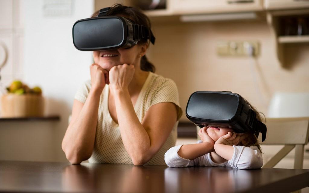 Zwei verträumte Kinder mit VR Brille
