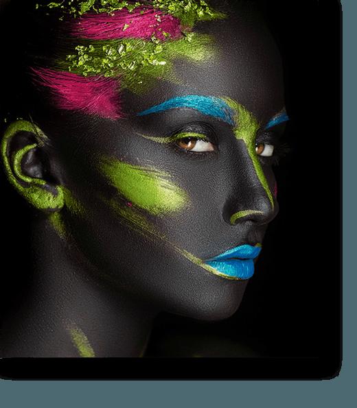 Frau mit Neon Makeup
